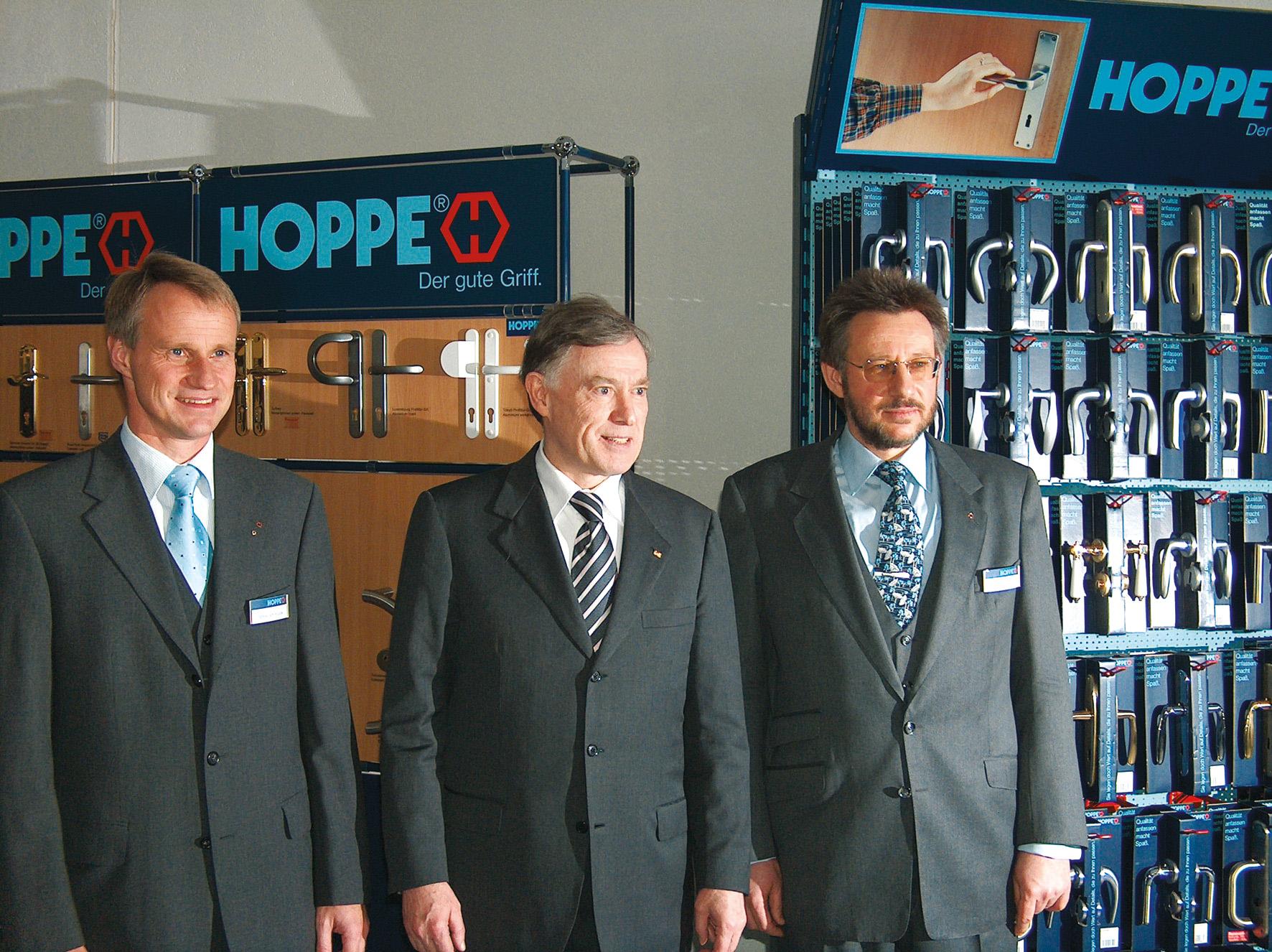 2005 年12 月 9 日:前联邦总统克勒(中)访问克罗滕多夫的 HOPPE 好博集团工厂