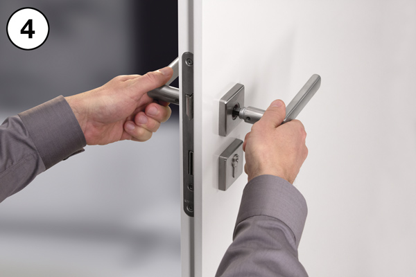 Zatrzasnąć klamki i dokręcić śrubę imbusową