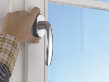 2) Для открывания необходимо одной рукой одновременно удерживать обе нажимные кнопки в нажатом состоянии...